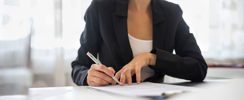 ¿Dónde puedo encontrar un notario público calificado?
